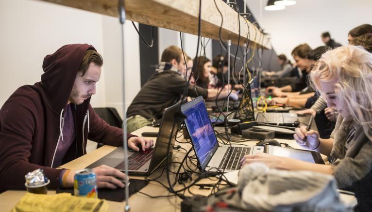 L'espace de coworking est plein à craquer. Les étudiants en jeu vidéo et animation sont des passionnés, capables de travailler jusqu'à la fermeture de l'école à 22 heures.