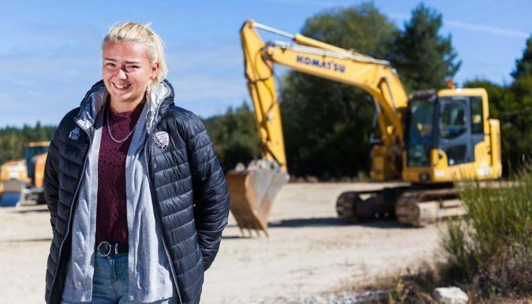 Après avoir obtenu le bac pro travaux publics dans un lycée d'Auvergne, Aurélie, 18ans, est venue à l'EATP préparer en un an le CAP conducteur d'engins.