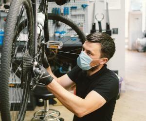 Avec l'essor du nombre d'usagers de la bicyclette, les formations pour apprendre à réparer les vélos augmentent.