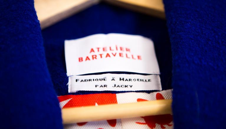 """<strong>ATELIER BARTAVELLE, UNE MARQUE QUI A DES ENGAGEMENTS ET DES VALEURS  (2/2)</strong><br />Vestes, manteaux, perfectos… toutes les créations de l'Atelier Bartavelle sont des pièces de dessus (en soie, laine d'alpaga, cuir d'agneau…). """"Ce sont des pièces compliquées, avec plein de détails à concevoir, c'est un challenge intéressant !"""" justifie Caroline, responsable de la direction artistique. Alexia voulait aussi """"une marque qui a des engagements et des valeurs"""". """"L'idée, c'est de raconter l'histoire d'une veste. On va chercher nos matières en Italie, on fait confectionner ce qui est en tissu à Marseille, et en cuir à Porto."""" La traçabilité est aisée grâce aux étiquettes personnalisées : """"fabriqué à Marseille par Jacky"""" ! --&gt; www.atelierbartavelle.com/ //&nbsp;&copy;&nbsp;Thomas Louapre / Divergence pour l&#039;Étudiant"""