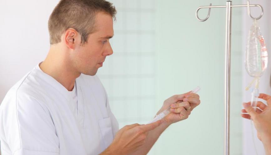 Infirmier-anesthésiste : l'un des nombreux métiers possibles pour rebondir dans la santé. //©Phovoir