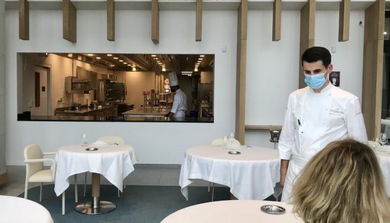 Le nouveau campus de Meudon dispose d'un restaurant d'application, où les étudiants s'entraînent à la cuisine et au service.