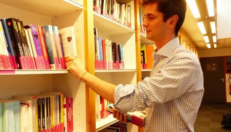 François, étudiant à GEM, est payé 250 € net par mois pour une trentaine d'heures effectuées dans la bibliothèque de son école.