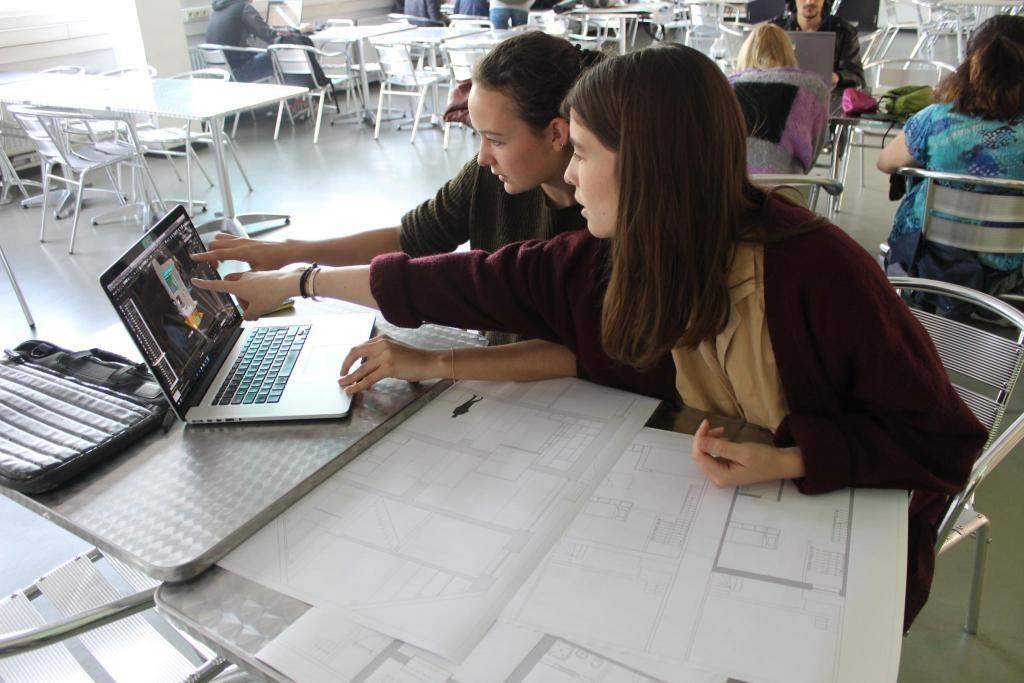 Alix et son amie Énora travaillent sur la modélisation en 3D d'une maison, dans la cafétéria de l'école. //©Delphine Dauvergne