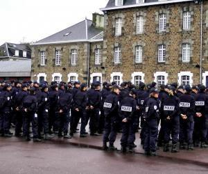 L'incorporation de la 246e promotion d'élèves gardiens de la paix à l'école de police de Saint-Malo comprend une cérémonie des couleurs.