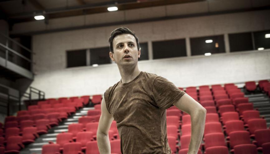 Même s'il n'a commencé la danse qu'à l'adolescence, Jonathan Breton a redoublé d'efforts pour devenir chorégraphe à 25 ans. //©Mat Jacob/Tendance Floue pour l'Etudiant