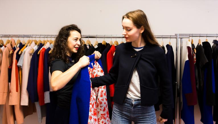 """<strong>CAROLINE ET ALEXIA : MODE IN ATELIER BARTAVELLE (1/2)</strong><br />À 28 ans, Caroline (à gauche) et Alexia (à droite) sont fières d'être à la tête de leur entreprise depuis déjà un an. Spécialisé dans les pièces de dessus, l'Atelier Bartavelle repose sur les compétences complémentaires des deux associées. Caroline, la styliste, est passée par la Chambre syndicale de la couture parisienne et l'ENSAD. Alexia s'occupe du développement de la marque et de la gestion. """"Mes formations ne correspondent pas à ce secteur : j'ai fait sciences politiques à l'université Lyon 3 puis économie à la Sorbonne, un master à l'université de Melbourne. Mais je crois tellement à notre projet que tout est possible !"""" //&nbsp;&copy;&nbsp;Thomas Louapre / Divergence pour l&#039;Étudiant"""