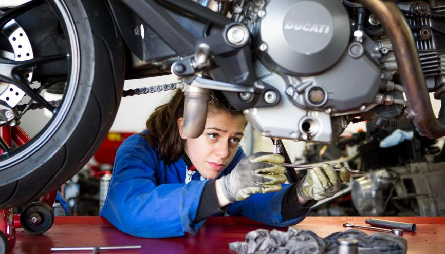 """Karen, 27 ans, gérante de Fraka Motors, à Saint-Mélaine-sur-Aubence (49) : """"Je voulais comprendre comment un petit moteur de moto pouvait livrer autant de performances."""" // © Thomas Louapre pour l'Etudiant //©Thomas Louapre pour l'Étudiant"""