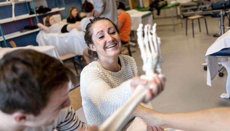 Pour six métiers paramédicaux (dont masseur-kinésithérapeute), les écoles ont le droit, voire l'obligation, de recruter des étudiants issus de PACES.