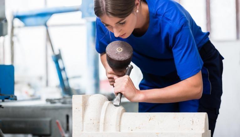 La gravure sur pierre est un art exercé dans la région normande.