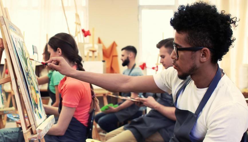 Depuis plus de dix ans, la Fondation culture et diversité aide les élèves boursiers à intégrer les formations d'art. //©Pixel-Shot / Adobe Stock