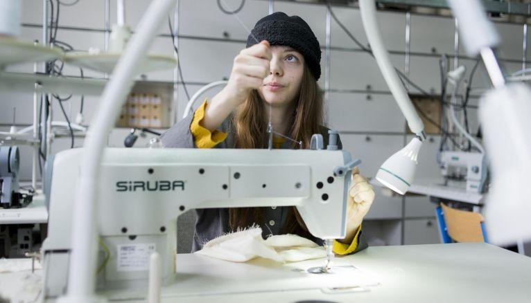 Séance couture dans l'atelier prototypage de l'école Duperré, à Paris.