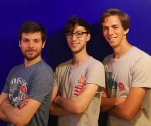 Jean-Régis, Victor, 25 ans, et Bertrand 23 ans (de g. à d.) ont constaté que les meilleures visites sont toujours initiées par un habitant du lieu.