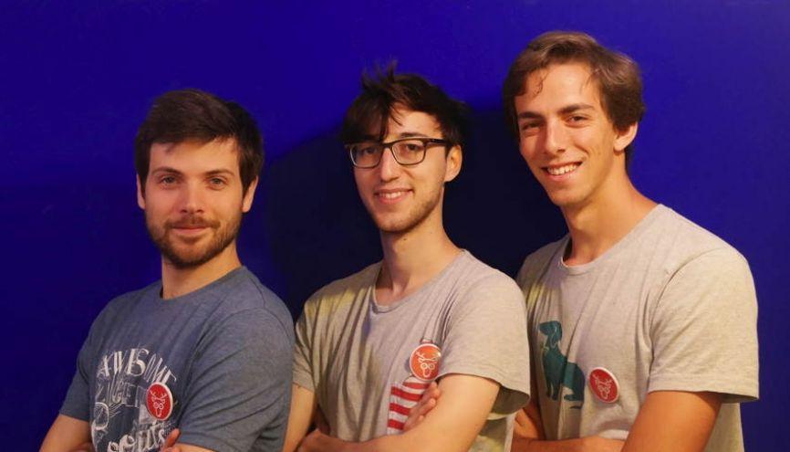 Jean-Régis, Victor, 25 ans, et Bertrand 23 ans (de g. à d.) ont constaté que les meilleures visites sont toujours initiées par un habitant du lieu. //©Cariboo