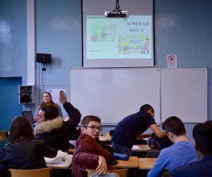 Les élèves de TS1 interrogent la conseillère d'orientation.