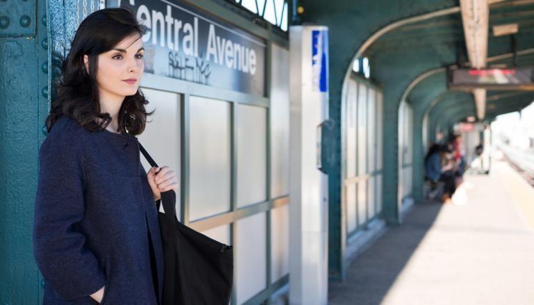 Casilda habite à Brooklyn et prend le métro, tous les jours, à l'arrêt Central Avenue pour se rendre à Manhattan.