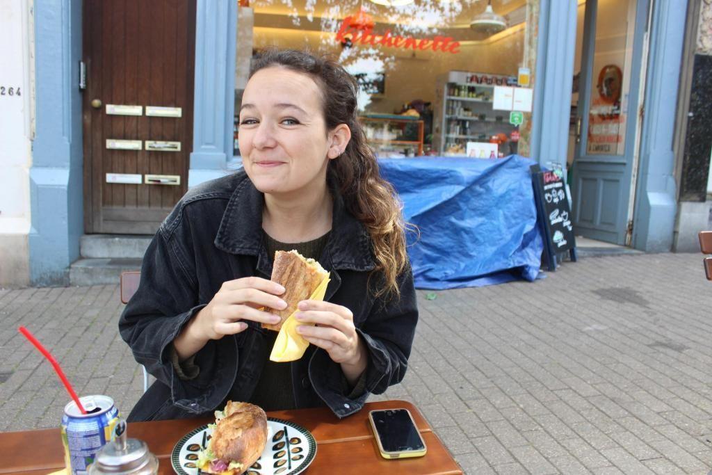 À proximité de son école, Alix déjeune léger dans l'un des nombreux petits restaurants-cafés du quartier. //©Delphine Dauvergne