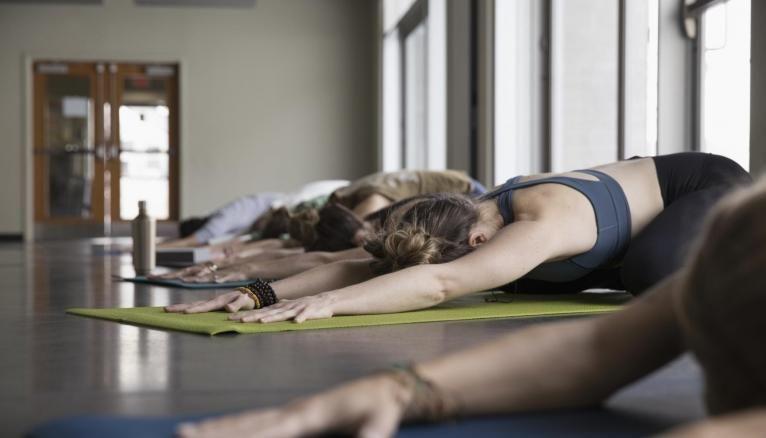 Le yoga peut vous aider à décompresser quand vos études vous prennent trop d'énergie.