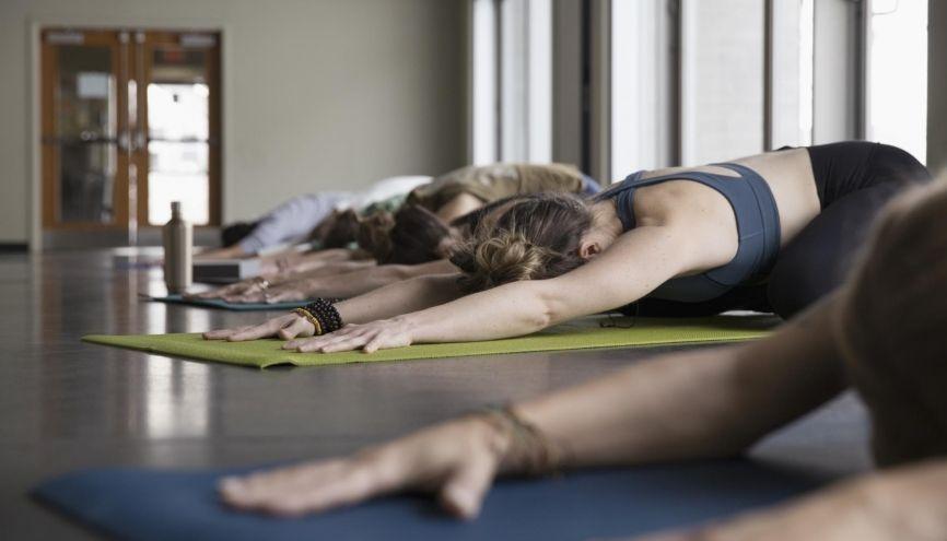 Le yoga peut vous aider à décompresser quand vos études vous prennent trop d'énergie. //©plainpicture/Hero Images