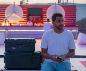 Le milieu familial, la passion, le travail et le hasard ont mené Cédric Passinay au poste de chargé de projet digital vidéo dans une grande maison de disques.