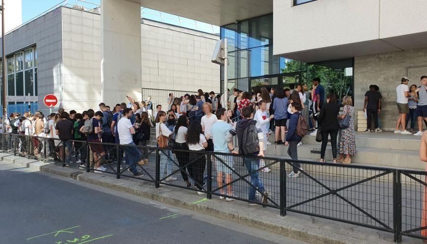 Devant le lycée Jacques Prévert, à Boulogne-Billancourt, quelques minutes avant l'affichage des résultats du bac. //©Thibaut Cojean