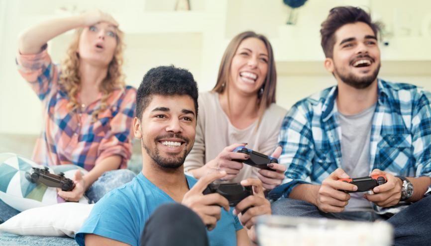 Que ce soit en solo ou avec des amis, jouer aux jeux vidéo peut être un atout pour rechercher un emploi. //©ivanko80 / Adobe Stock