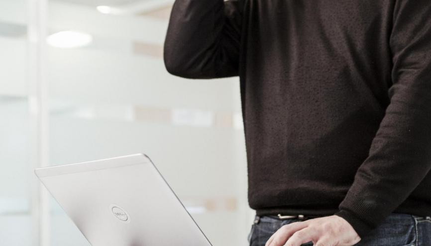 """Jaffar, développeur informatique chez Groupe SSI à Versailles (78) : """"Je travaille sur un programme informatique plus vieux que moi !"""" // © Mat Jacob/Tendance Floue pour l'Etudiant //©Mat Jacob / Tendance Floue pour l'Étudiant"""