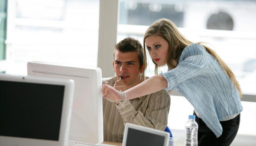 Etudiants devant ordinateur
