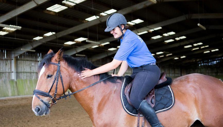 Passionnée d'équitation depuis l'enfance, Sarah a tout mis en œuvre pour en faire son métier. //©Thomas Louapre/Divergence pour l'Etudiant