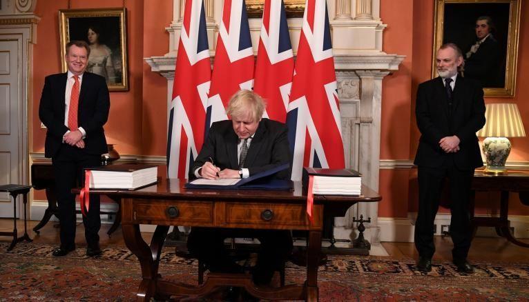 Le Premier ministre britannique, Boris Johnson, lors de la signature de l'accord commercial avec l'Union européenne, le 30 décembre 2020.