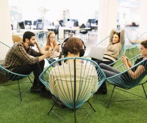 Le groupe de stagiaires inséparables peut finir par être mal vu dans l'entreprise.