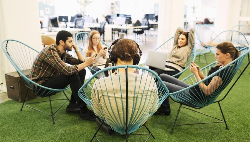Le groupe de stagiaires inséparables peut finir par être mal vu dans l'entreprise. //©plainpicture/Maskot