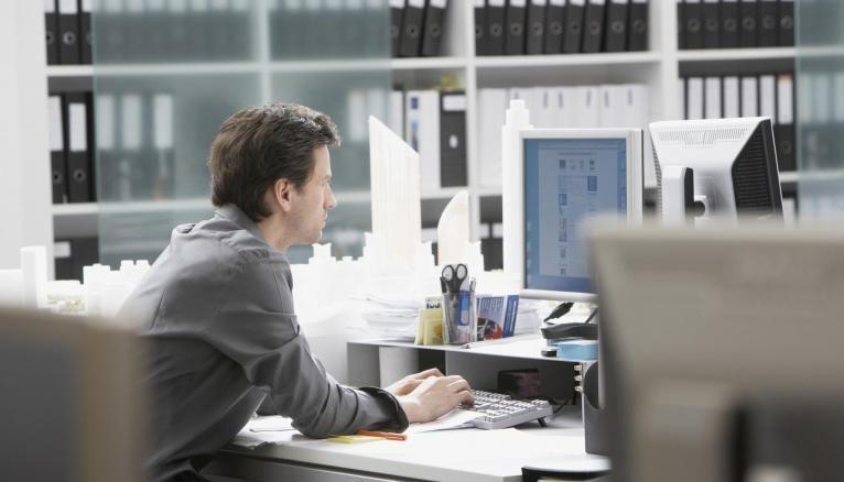 Le juriste NTIC traite des questions de droit liées à Internet, à l'informatique, aux logiciels ou encore aux jeux vidéo.