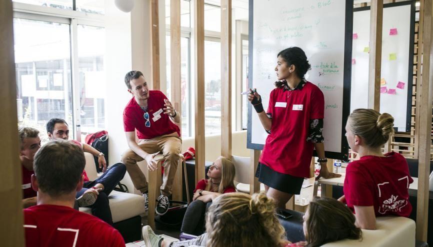 À l'EM Lyon, que ce soit au travers d'associations ou à l'intérieur de l'incubateur (qui peut accueillir jusqu'à 200 projets), les étudiants passent beaucoup de temps à travailler ensemble. //©Romain Étienne/item pour l'Etudiant