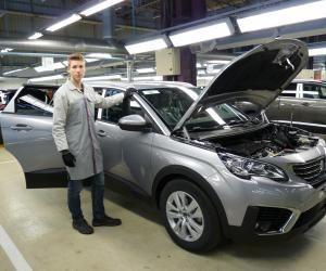Axel est apprenti technicien qualité dans le secteur de l'automobile.