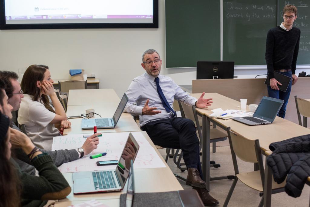 """En plus des """"papers"""" à rendre, les étudiants doivent souvent faire des présentations orales, comme dans ce cours sur le lobbying dans l'Union européenne. //©Virginie Nguyen Hoang/Hans Lucas/HUMA pour l'Etudiant"""