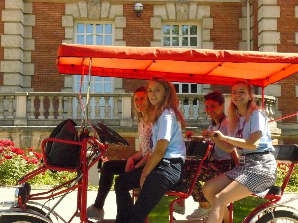 Au volant de la Rosalie, Laurie (ici, devant le Château) offre aux admissibles une visite guidée du campus. //©Cécile Peltier