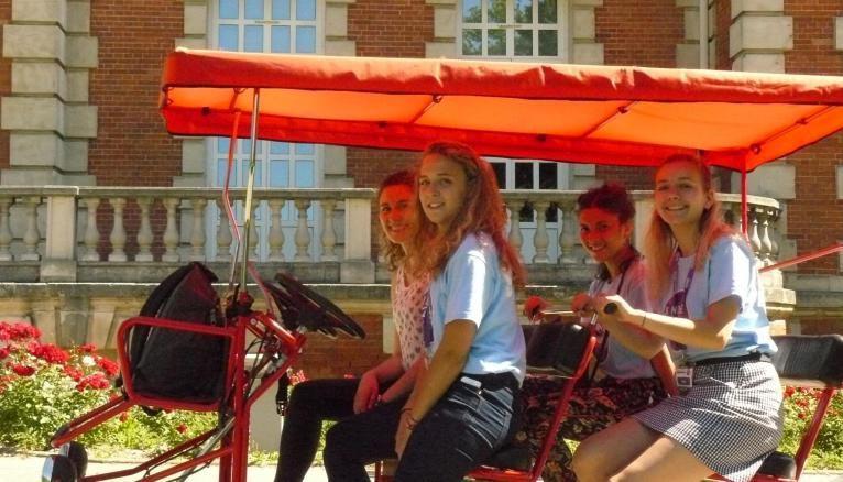 Au volant de la Rosalie, Laurie (ici, devant le Château) offre aux admissibles une visite guidée du campus.