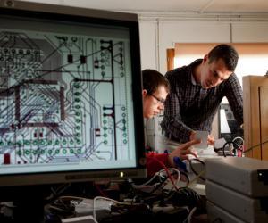 Ingénieurs en électronique et informatique dans le bureau d'études chez Dény Fontaine SAS, fabricant de systèmes de fermeture et de contrôle des accès.