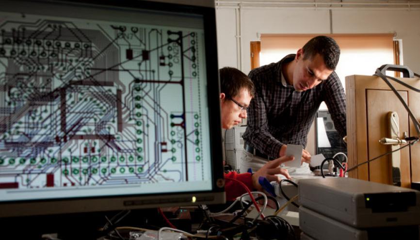 Ingénieurs en électronique et informatique dans le bureau d'études chez Dény Fontaine SAS,  fabricant de systèmes de fermeture et de contrôle des accès. //©Benoît Decout / R.E.A