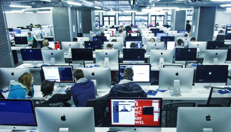 L'Ecole 42 et HEC proposent depuis la rentrée 2015 une spécialisation commune en entrepreneuriat digital.