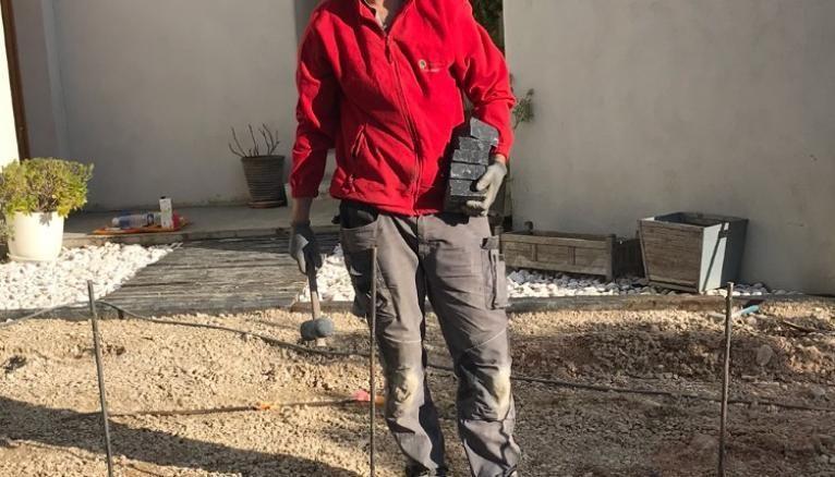 Théo, paysagiste, sur l'un de ses chantiers.
