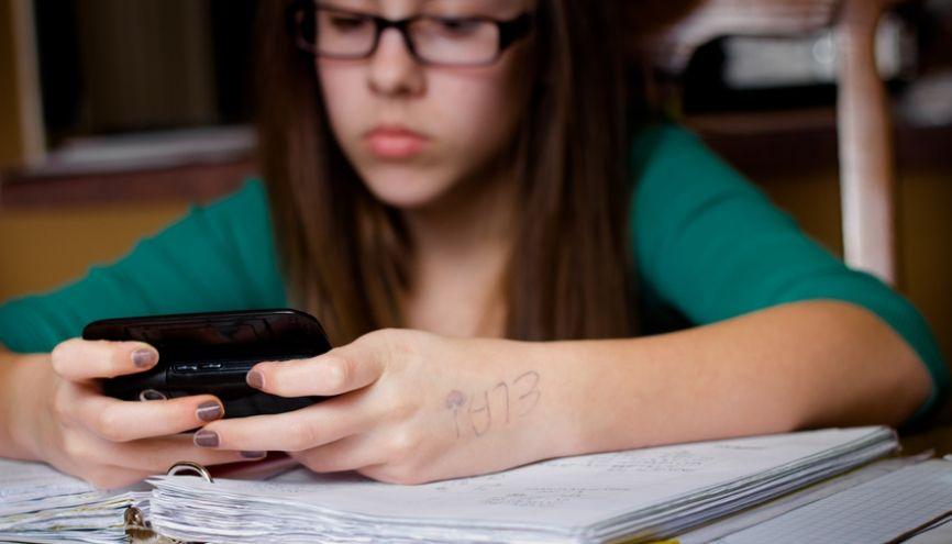 Il est interdit d'utiliser son téléphone portable pendant les heures de cours. Mais peut-on vous le confisquer si vous vous en servez ? //©Fotolia