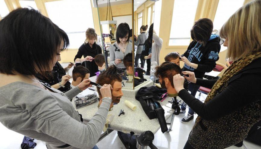 Après un CAP coiffure, vous pouvez entrer sur le marché du travail ou poursuivre en bac pro. //©Patrick ALLARD/REA