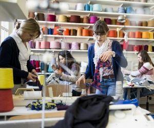 L'école Duperré compte une bibliothèque, une vêtementhèque, une tissuthèque et neuf ateliers techniques équipés d'outils et de machines dernier cri.