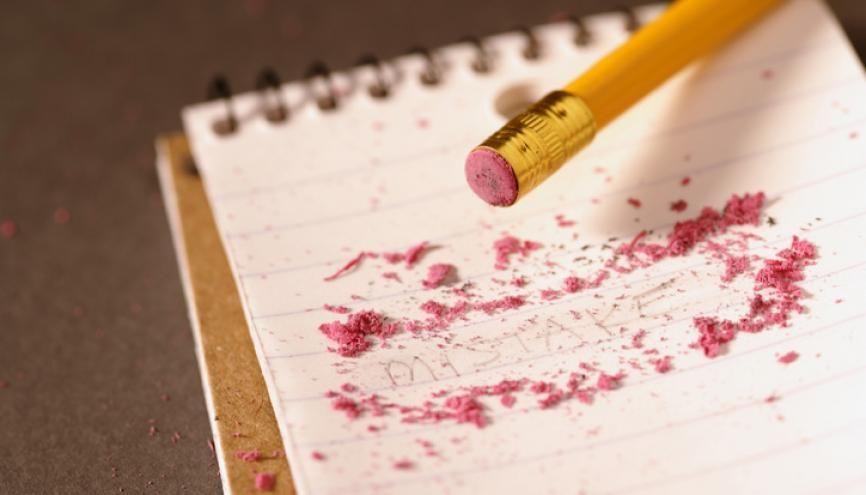Mieux vaut assurer côté orthographe : les copies pleines de fautes sont pénalisées aux examens ! //©plainpicture/Design Pics
