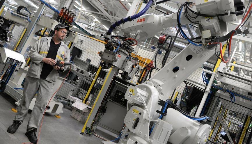 Yohann, technicien-mécanicien chez Renault, intervient sur des robots industriels. //©Photo fournie par le témoin