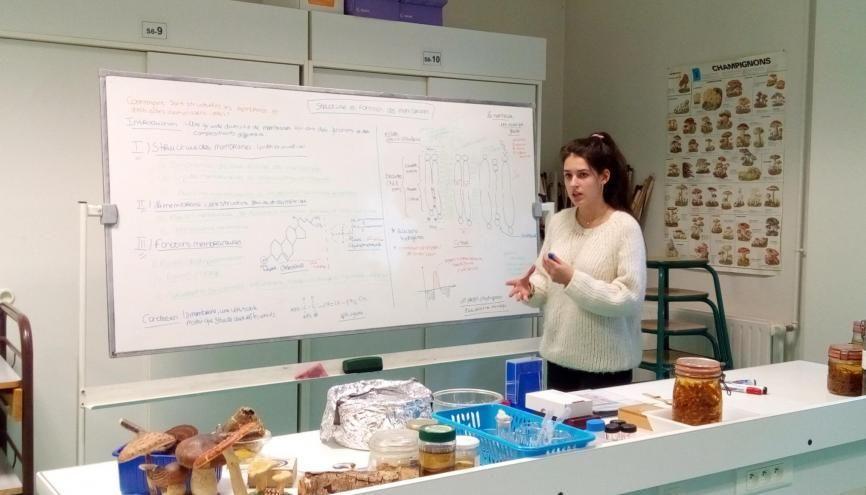 Hortense présente son sujet sur les membranes, en colle de biologie. //©Delphine Dauvergne