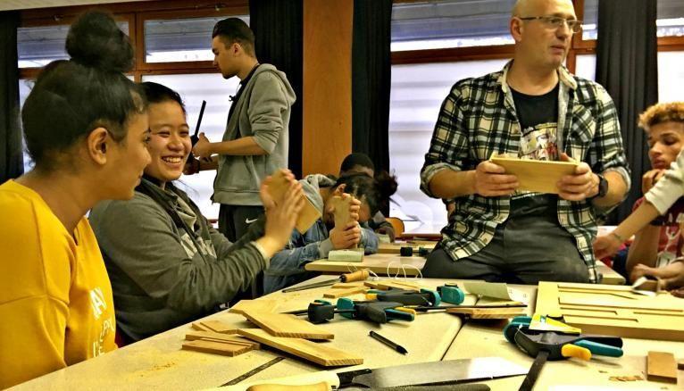 Frédéric Simard, menuisier, anime depuis septembre 2017 un atelier pratique pour des élèves de première STMG au lycée Bergson (Paris, XIXe).