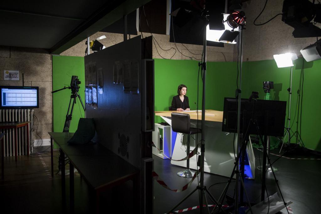 Les journalistes en herbe présentent des flashs d'info dans le studio télé de l'ESJ Lille. //©Eric Flogny pour l'Etudiant